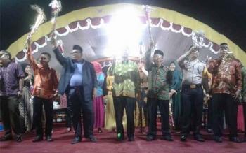 Bupati Sukamara Ahmad Dirman bersama pejabat lainnya saat melalukan peniupan trompet tanda pergantian tahun 2016 ke tahun 2017 di Taman Permata Sukama. BORNEONEWS/NORHASANAH