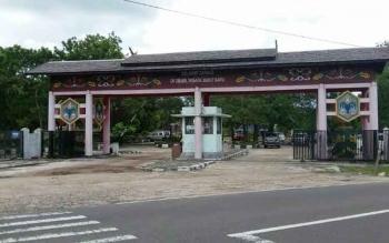 Pintu gerbang masuk obyek wisata Bukit Batu di Kabupaten Katingan, di tepi Jalan Trans Kalimantan ini setiap hari ramai dikunjungi wisatawan terlebih pada hari libur seperti Sabtu dan Minggu. BORNEONEWS/ABDUL GOFUR.