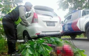 Anggota Satuan Polisi Lalu Lintas Polres Palangka Raya hendak mengevakuasi korban kecelakaan, beberapa waktu lalu.