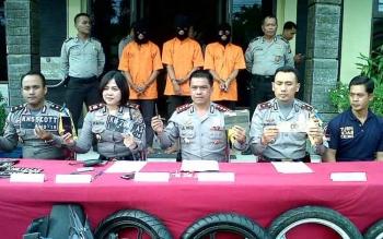 Kapolres Palangka Raya AKBP Lili Warli dan jajaran menggelar press release tangkapan spesialis pelaku curanmor beberapa waktu lalu di Polsek Pahandut.