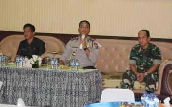 Kapolres Seruyan AKPB Syahbudin Nasution (tengah) memaparkan situasi dan hasil kerja satuannya saat menggelar press release akhir tahun yang berlangsung di Mapolres, Sabtu sore (31/12/2016).
