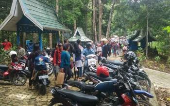 Objek Wisata Air Terjun Jantur Doyam di Kabupaten Barito Utara dipadati wisatawan, Minggu (1/1/2017)