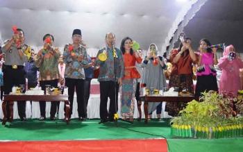 Bupati Kapuas, Ben Brahim S Bahat dan istri, bersama para pejabat menyambut tahun baru 2017, di Lapangan Bukit Ngalangkang, Sabtu (31/12/2016) malam. BORNEONEWS/DJEMMY NAPOLEON