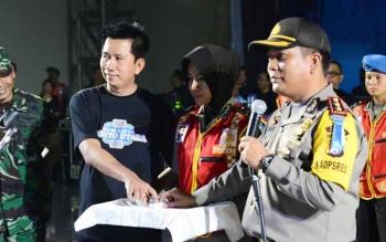 Bupati Barito Utara H Nadalsyah bersama Kapolres Barito Utara AKBP Roy HM Sihombing saat meluncurkan Aplikasi Sigap pada malam pergantian tahun, Sabtu (31/12/2016).