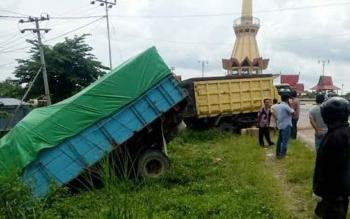 Dua truk mengalami kerusakan parah setelah terlibat kecelakaan di Jalan Ahmad Yani km.9 (sekitar bundaran Pangkalan Lima) Pangkalan Bun.