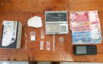 Sejumlah barang bukti tindak pidana narkoba dari tangan tersangka Munandar alias Nandar, berupa tiga paket sabu, uang, timbangan, timbangan, dan alat isap yang berhasil disita oleh Satreskoba Polres Kotim, (1/1/2017).