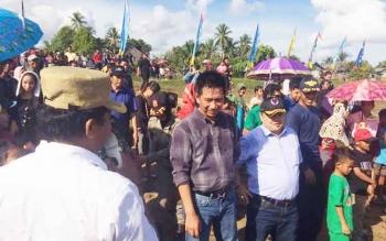 Bupati Barito Utara Nadalsyah didampingi Ketua DPRD Enus Y Mebas menghadiri pesta pantai di Kelurahan Monttallat II, Kecamatan Montallat, Senin (2/1/2017). (BORNEO/RAMADHANI)