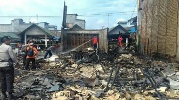 Kebakaran di Kompleks Pasar Bahaur Basantan, Desa Bahaur Hilir RT 04, Kecamatan Kahayan Kuala, Kabupaten Pulang Pisau. BORNEONEWS/JAMES DONNY