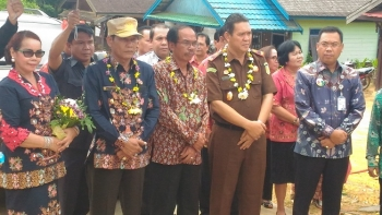 Kedatangan Bupati Gumas Arton S Dohong dan beberapa pejabat disambut dengan cara adat saat berkunjung ke daerah beberapa waktu lalu. BORNEONEWS/EPRA SENTOSA