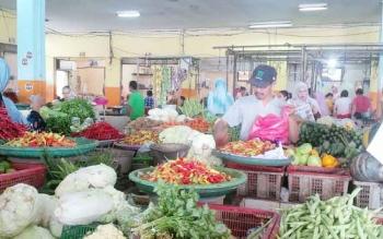 Aktivitas di pasar tradisional Pusat Perbelanjaan Mentaya (PPM) Sampit, Kotawaringin Timur, Senin (2/1/2017). BORNEONEWS/RAFIUDIN