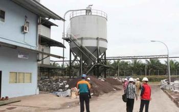 Sejumlah anggota DPRD Kotim saat berkunjung ke pabrik sawit. BORNEONEWS/M. RIFQI