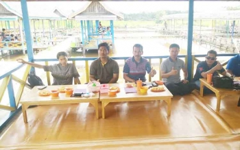 - Wakil Ketua II DPRD Kabupaten Barito Utara Acep Tion mengajak bersama anggota PWI serta sejumlah perwira Polres Barut berekreasi bersama di kolam pemancingan Andina, Desa Trahean, Kecamatan Teweh Selatan, Senin (2/1/2017). (BORNEO/RAMADHANI)