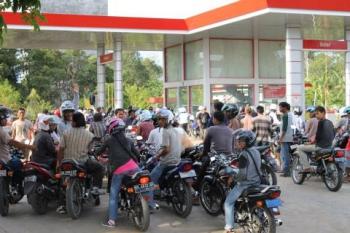Antrean kendaraan di SPBU, Kota Buntok, Kabupaten Barito Selatan mulai terlihat, Senin (2/1/2017). (BORNEO/URIUTU DJAPER)