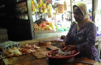 JUAL AYAM : Seorang pedagang ayam di Pasar Besar, Palangka Raya sedang menunggu pembeli, Senin (2/1/2017)
