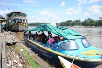 Sejumlah penumpang menaiki speed boat di Pelabuhan Pasar Lama Buntok, Kabupaten Barito Selatan, Senin (2/1/2017). (BORNEO/URIUTU DJAPER)