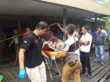 Jenazah anggota Satpol PP Barito Selatan, Buandi, dibawa ke rumah duka, Senin (2/1/2017). (BORNEONEWS/URIUTU DJAPER)