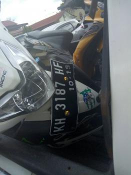 Sepeda motor Yamaha Jupiter MX bernomor polisi KH 3187 HF yang ditinggal kabur pemiliknya setelah terlibat kecelakaan lalu lintas di Jalan Mahir Mahar, Kota Palangka Raya, Jumat (30/12/2016). (BORNEO/BUDI YULIANTO/DOK)