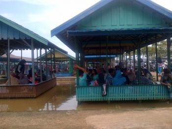 Pengunjung memadati tempat pemancingan di Desa Trahean, Kecamatan Tewah Selatan, Kabupaten Barito Utara, Senin (2/1/2017). (BORNEO/RAMADHANI)