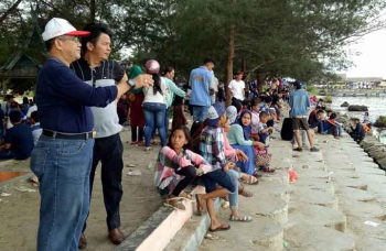 Pejabat Bupati Kotawaringin Barat Nurul Edy saat berkunjung di Pantai Kubu. BORNEONEWS/FAHRUDDIN FITRIYA
