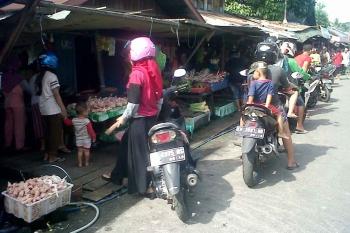 Pedagang daging ayam di Pasar Kasongan, Kabupaten Katingan, tetap diserbu pembeli meski harganya naik di awal tahun baru 2017. BORNEONEWS/ABDUL GOFUR