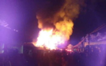 Api membumbung, membakar Gedung Koperasi Karyawan PT Korindo, Pangkalan Bun, Minggu (1/1/2017) malam, pukul 20.30 WIB. DOK BORNEONEWS