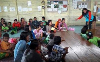 Staf KPAD Kobar sedang berinteraksi dengan masyarakat pengunjung perpustakaan Desa Tanjung Terantang Kecamatan Arsel. Rencananya tahun 2017 ini KPAD Kobar bakal gandeng pihak swasta untuk membantu pengembangan perpustakaan desa yang berada di Kabupaten Ko