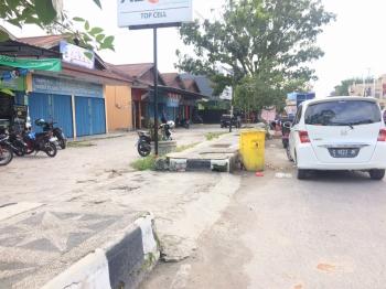 PERTOKOAN TUTUP: Deretan ruko elektronik dan pakaian di jalan Pangeran Antasari Pangkalan Bun masih banyak yang tutup, Senin (2/1/2017). Sejumlah perkantoran pemerintah dan perbankan pun masih libur cuti bersama.