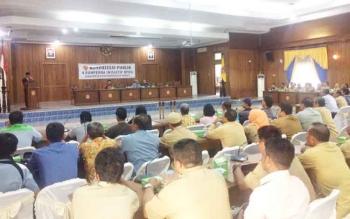 Ketua DPRD Kobar, Triyanto saat membuka acara konsultasi publik 4 Ranperda termasuk Perlindungan Pasar dan Pedagang Tradisional, Selasa (3/1) BORNEONEWS/CECEP HERDI