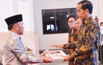 Gubernur Kalteng Sugianto Sabran saat menerima dokumen DIPA dari Presiden RI Joko Widodo di Jakarta beberapa waktu lalu.\r\nBORNEONEWS/M ROZIKIN