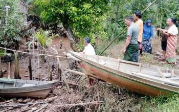 Komandan BKSDA Sampit Muriansyah, sedang memantau sekitar Sungai Mentaya. Masyarakat minta BKSDA melakukan survei populasi buaya di sungai itu. BORNEONEWS/M.HAMIM