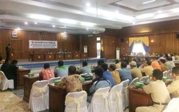 Perwakilan dari beberapa asosiasi yang ada di Kobar, Kepala SKPD, para anggota dewan serta Tim dari LPPM Universitas Lambung Mangkurat Banjarmasin tengah menggelar konsultasi publik empat rancangan Ranperda Kobar, di Aula gedung DRPD Kobar, Selasa (3/1/20