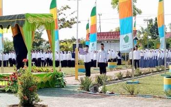 Bupati Sukamara saat memimpin apel pagi Hari Amal Bhakti (HAB) ke-71 di halaman Kantor Kementerian Agama (Kemenag) Sukamara. BORNEONEWS/NORHASANAH