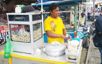 Suparno berjualan pentol bakso di kawasan Pasar Pendopo, Muara Teweh, Kabupaten Barito Utara, Selasa (3/1/2016). (BORNEONEWS/RAMADHANI)