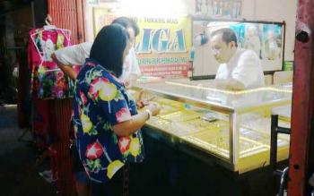 Penjual emas saat melayani pembeli di Pasar Pendopo, Muara Teweh, Kabupaten Barito Utara, Selasa (3/1/2017). (BORNEONEWS/RAMADHANI)