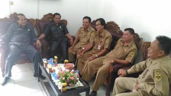 BERBINCANG: Wakil Ketua DPRD Gunung Mas, Punding S Merang (paling kiri) bersama anggota DPRD Akerman G Sahidar dan Sekwan Sahidun P Umar ketika dan pejabat lainnya berbincang di ruang Sekwan, Selasa (3/1/2017)