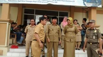 SIDAK : Walikota Palangka Raya, Riban Satia saat sidak ke kantor dukcapil ditemani oleh beberapa kepala SKPD, Selasa (3/1/2016)