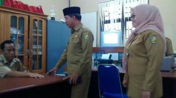 BERDIALOG : Walikota Palangka Raya, Riban Satia berdialog dengan ASN Dukcapil di sela sidak, Selasa (3/1/2017) (BORNEONEWS-TESTY PRICILLA)