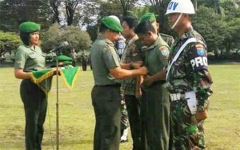 Danrem 102/Pjg Kolonel Arh Purwo Sudaryanto melepas atribut TNI dalam upacara pemberhentian tidak dengan hormat di halaman Makorem. (DOK BORNEONEWS)
