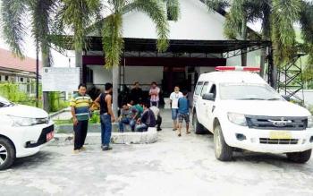 Sejumlah kerabat Deny menunggu jenazah korban di kamar mayat RSUD dr Doris Sylvanus, Palangka Raya, Selasa (3/1/2017). (BORNEONEWS/BUDI YULIANTO)