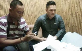 Suriansyah Halim menunjukan berkas-berkas kasus kliennya Norlita Febriani, dosen Stikes Eka Harap, yang dipidana karena membuat surat dengan tembusan Wali Kota Palangka Raya, Selasa (3/1/2017).BORNEONEWS/RONI SAHALA