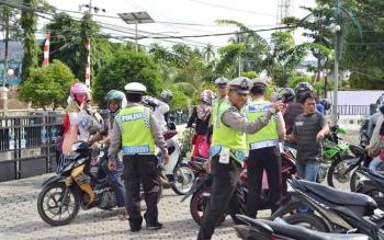 Jajaran Satuan Lalu Lintas Kepolisian Resor Barito Utara menggelar razia rutin di Jalan Ahmad Yani, Muara Teweh, Selasa (3/1/2017). (BORNO/RAMADANI)