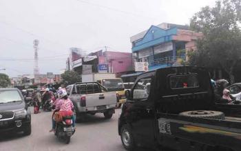 Pengguna kendaraan roda dua dan empat yang melintas di Jalan Pangeran Antasari, sekitar setengah kilometer dari Pasar Indra Sari Pangkalan Bun. BORNEONEWS/KOKO SULISTIYO