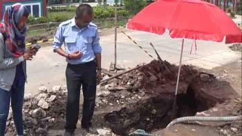 Kepala Bagian Teknik PDAM Dharma Tirta Sampit Edy Dyufriadi memeriksa kerusakan pipa PDAM di jalan Christopel Mihing, Selasa (3/1/2016).