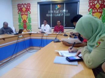 Kepala Badan Pusat Statistik (BPS) Kalteng Hanif Yahya saat memimpin rapat di kantornya. BORNEO/M ROZIKIN