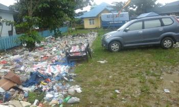 Halaman Kantor Camat Kahayan Kuala yang menjadi tempat pembuangan sementara (TPS) sampah dari masyarakat. Hal itu dilakukan pihak kecamatan untuk mencegah warga membuang sampah ke sungai. BORNEO/JAMES DONNY