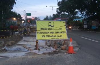 DIPERAIKI : Kondisi jalan trans Kalimantan di Tamiang Layang yang sebelumnya mengalami kerusakan akibat kondisi cuaca hujan sedang dalam perbaikan, Selasa (3/1/2017) (BORNEONEWS-AMAR ISWANI)