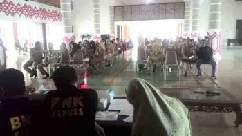Badan Narkotika Kabupaten Kapuas saat menggelar tes urine terhadap ASn dan tenaga kontrak di Setda Kapuas, Selasa (3/1/2017).