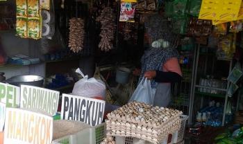BELANJA : Seorang warga sedang berbelanja di Pasar Kuala Kurun, Kabupaten Gunung Mas, Rabu (4/1/2017) (BORNEONEWS/EPRA SENTOSA)
