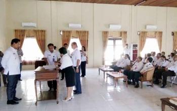 Suasana serah terima jabatan di lingkungan Pemerintah Kabupaten Lamandau, yang berlangsung di Aula BKPP Lamandau, Rabu (4/1/2016). Acara sertijab dipimpin Wakil Bupati H. Sugiyarto. BORNEONEWS/HENDI NURFALAH