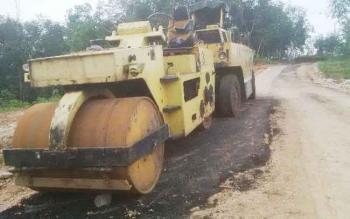Proyek jalan sepanjang 2 kilometer dari Kota Puruk Cahu menuju Desa Dirung Bakung, yang tidak selesai dikerjakan pada 2016. Kontraktor PT Liman Bangun Perkasa terpaksa kena denda. BORNEONEWS/SUPRIADI